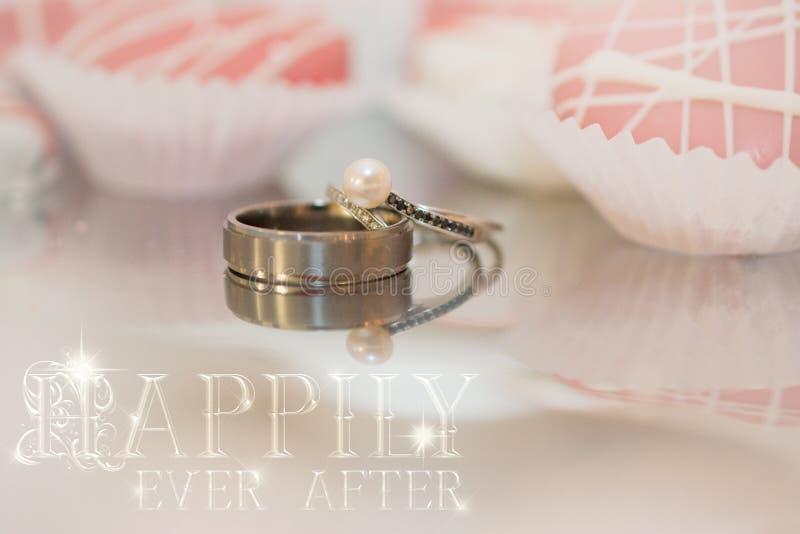 Reflexiones de los anillos de bodas foto de archivo libre de regalías