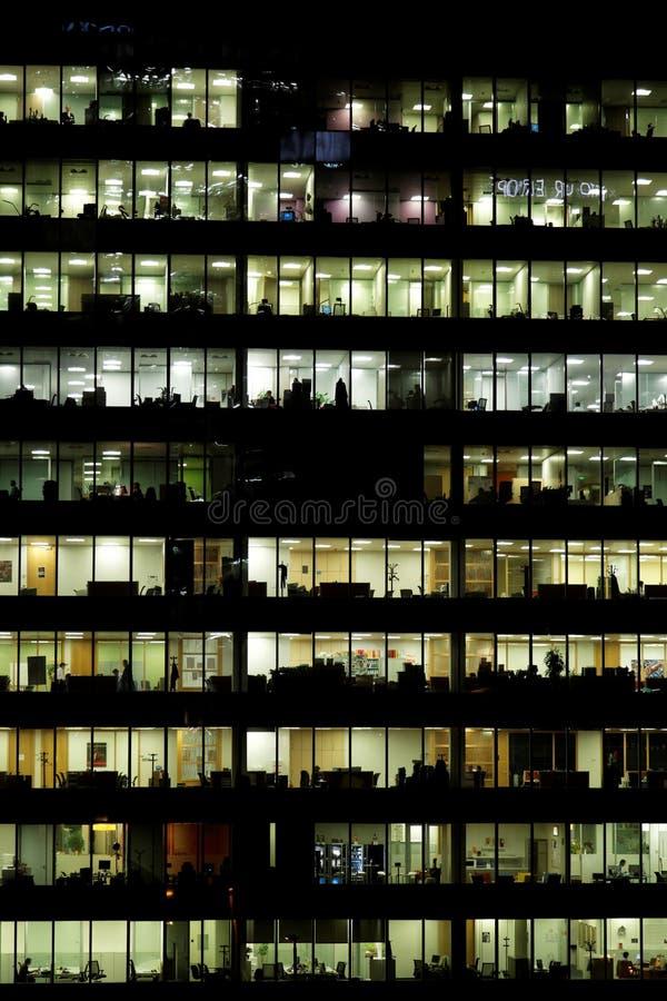 Reflexiones de los edificios del distrito financiero en la noche fotografía de archivo