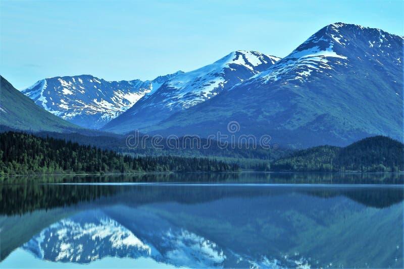 Reflexiones de montañas de Alaska en el lago fotografía de archivo