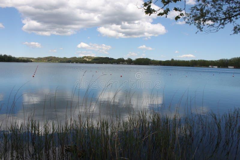 Reflexiones de nubes sobre el lago fotos de archivo