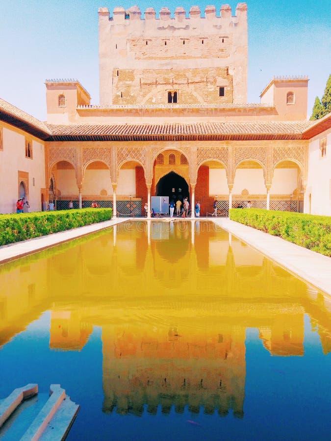 Reflexiones de un palacio imagenes de archivo