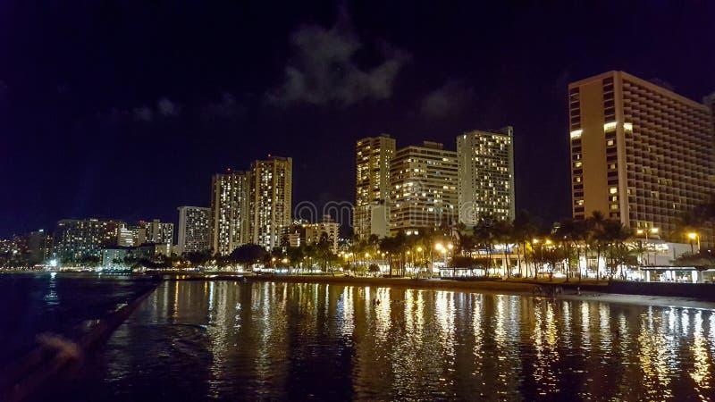 Reflexiones de Waikiki en el agua foto de archivo libre de regalías