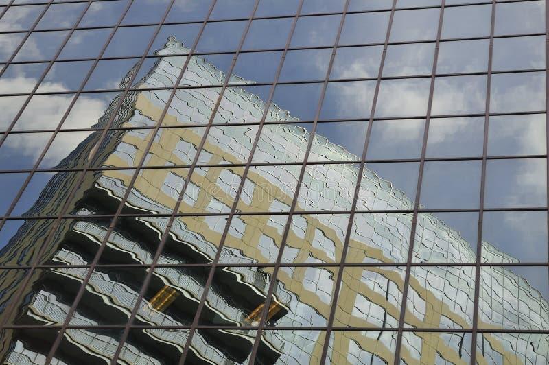 Reflexiones del edificio de oficinas fotos de archivo