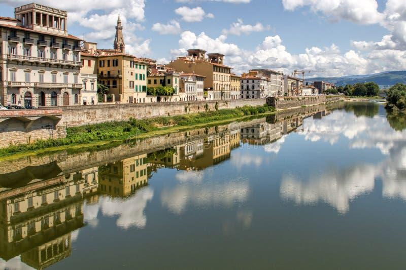 Reflexiones del edificio en el Fiume Arno imagen de archivo