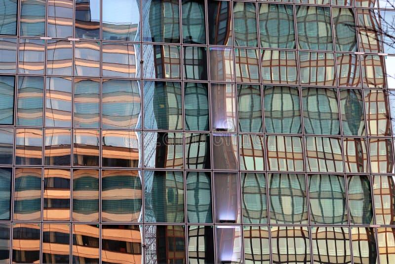 Reflexiones del extracto del edificio de oficinas de la defensa del La en la fachada de cristal en el distrito financiero de Parí fotos de archivo
