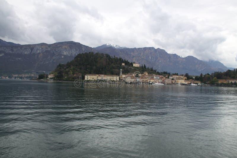 Reflexiones del lago Garda de la mañana fotografía de archivo