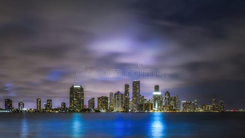Reflexiones del paisaje urbano de la noche de Miami imágenes de archivo libres de regalías
