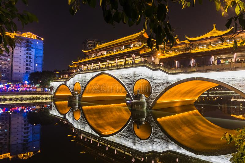 Reflexiones del puente del ` s Anshun de Chengdu en la noche imágenes de archivo libres de regalías