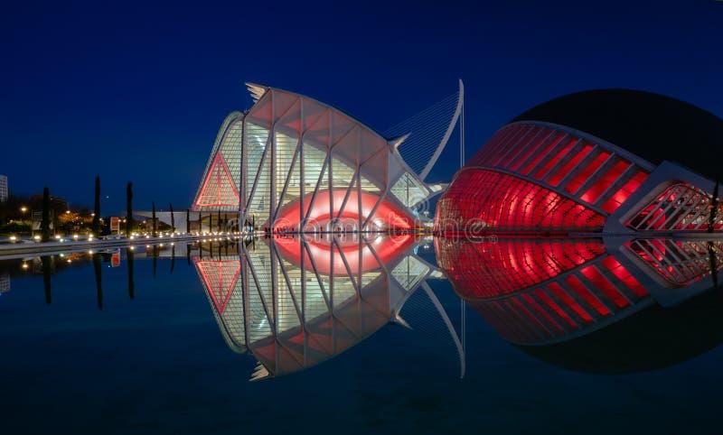 Reflexiones en agua después de la puesta del sol en la ciudad del arte y de la ciencia Valencia, España imagen de archivo