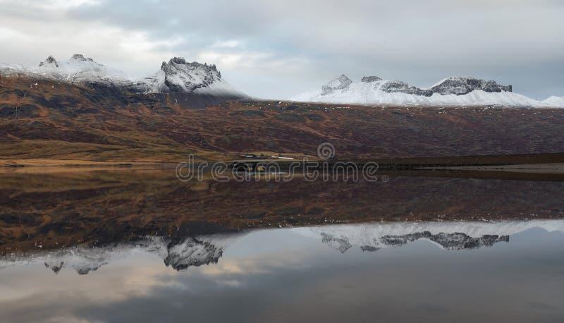 Reflexiones en Berufjordur, fiordos del este de la montaña fotografía de archivo