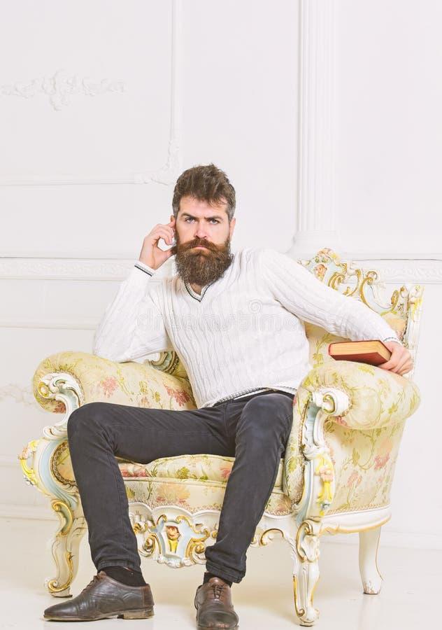 Reflexiones en concepto de la literatura Perito en el libro de lectura acabado cara pensativa Hombre con la barba y el bigote imagen de archivo