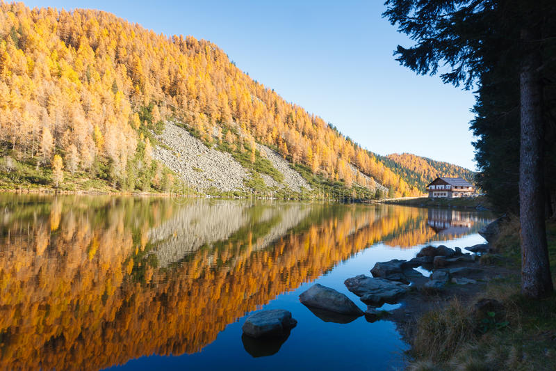 Reflexiones en el agua, panorama del otoño del lago de la montaña foto de archivo libre de regalías