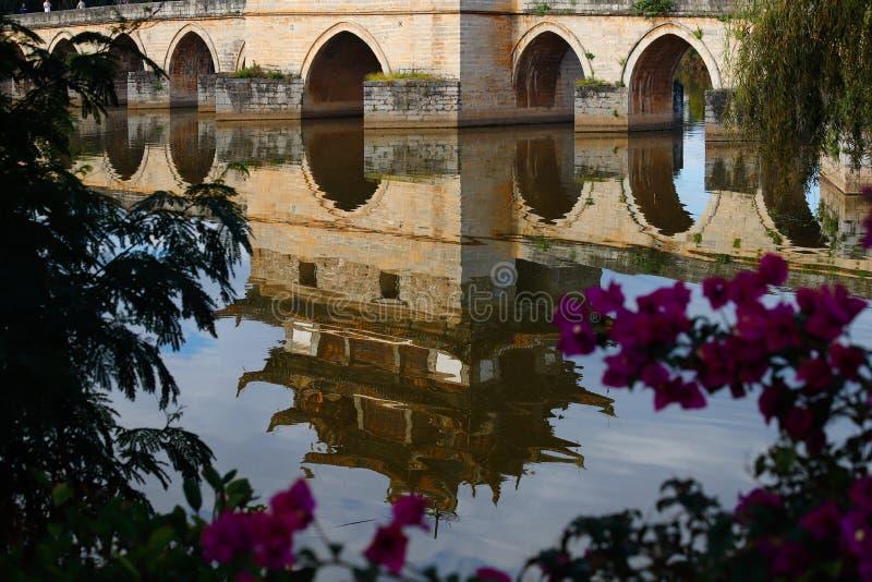 Reflexiones en el agua Puente chino viejo El puente antiguo del palmo del puente diecisiete de Shuanglong cerca de Jianshui, Yunn imagen de archivo