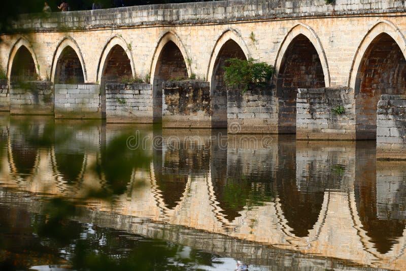 Reflexiones en el agua Puente chino viejo El puente antiguo del palmo del puente diecisiete de Shuanglong cerca de Jianshui, Yunn fotos de archivo