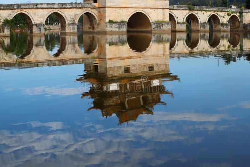 Reflexiones en el agua Puente chino viejo El puente antiguo Jianshui, Yunnan, China del palmo del puente diecisiete de Shuanglong imágenes de archivo libres de regalías