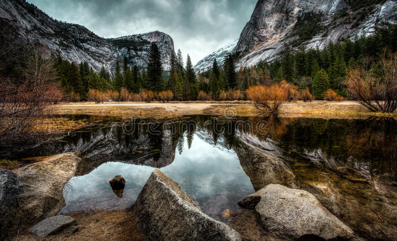 Reflexiones en el lago, lago mirror en el parque nacional de Yosemite fotos de archivo libres de regalías