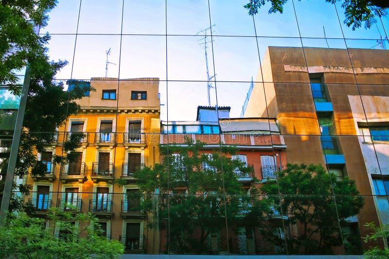 Reflexiones en la pared de cristal fotos de archivo