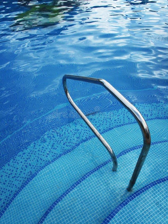 Reflexiones en la piscina azul fotografía de archivo