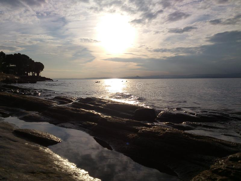 Reflexiones en la playa rocosa fotos de archivo libres de regalías
