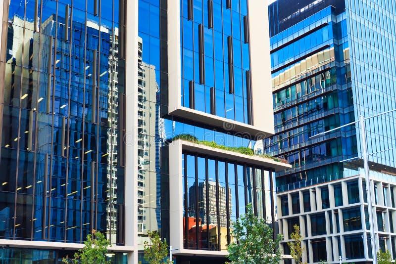 Reflexiones en los edificios de oficinas de la fachada de cristal moderna imagen de archivo