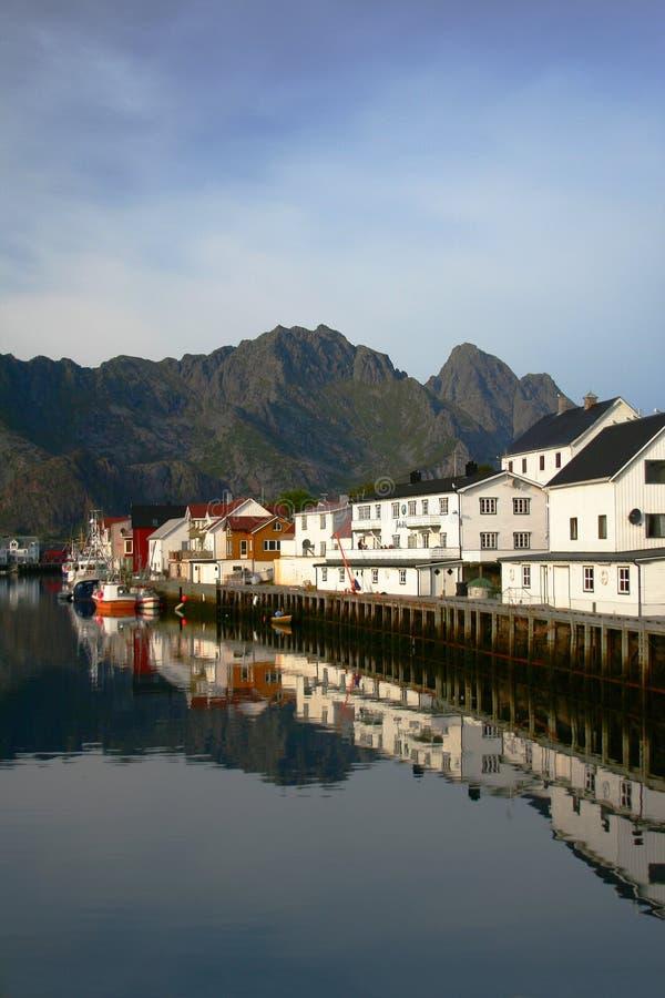 Reflexiones en una bahía noruega foto de archivo
