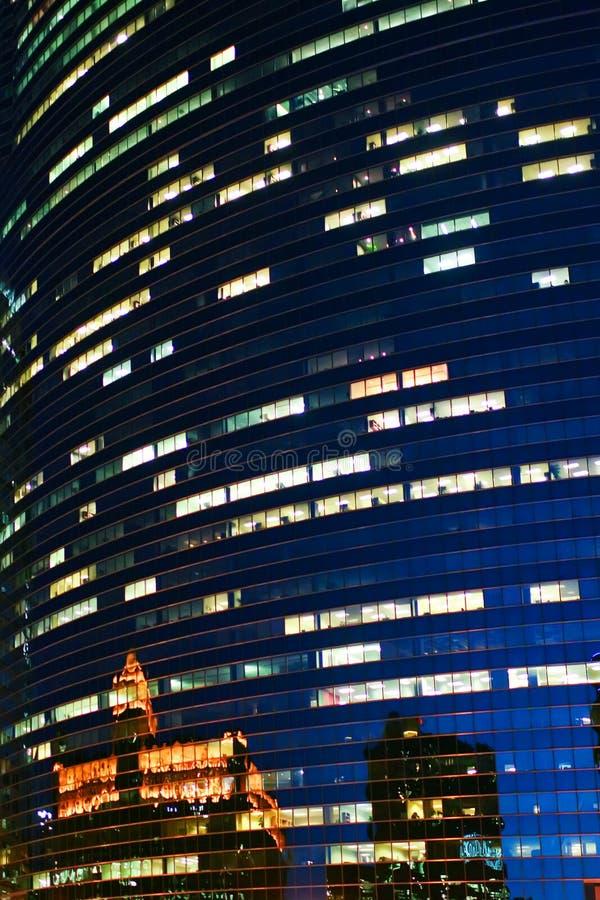 Reflexiones en ventanas de la noche foto de archivo libre de regalías