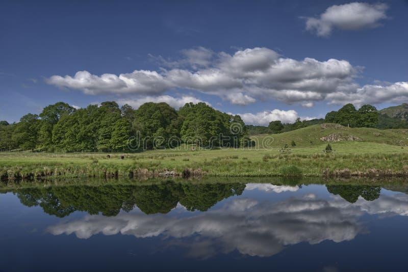Reflexiones escénicas en el río imagen de archivo libre de regalías