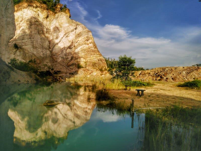 Reflexiones hermosas de un agua en una mina abandonada imagenes de archivo