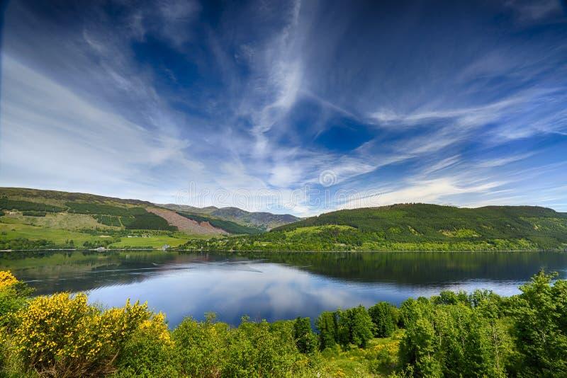 Reflexiones hermosas sobre el lago Tay, Escocia imagenes de archivo