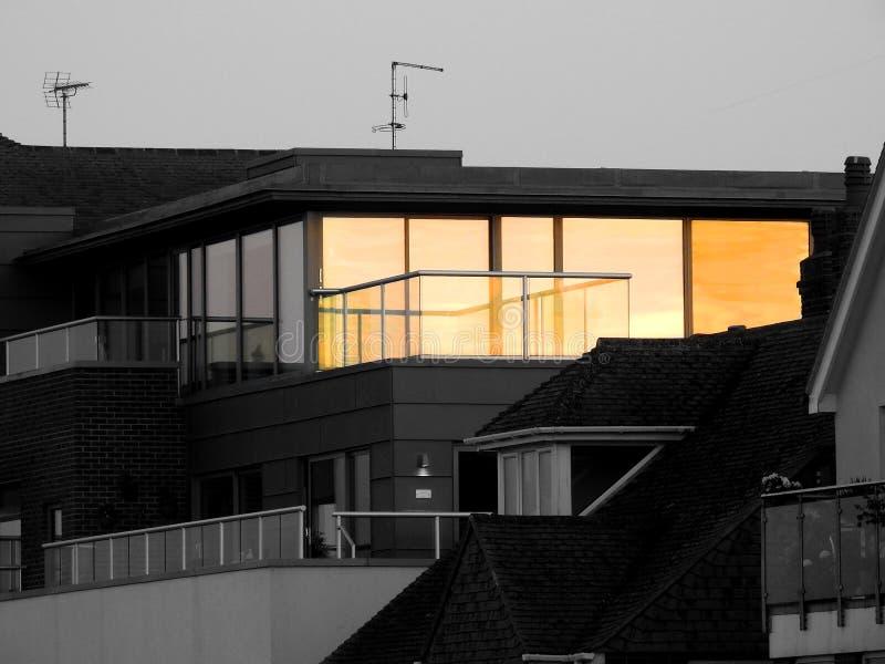 Reflexiones iluminadas por el sol en ventanas de la habitación del ático imágenes de archivo libres de regalías