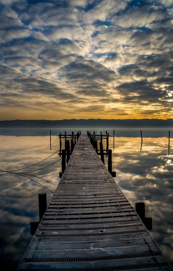 Reflexiones insanas de la nube en el fiordo de Vejle foto de archivo