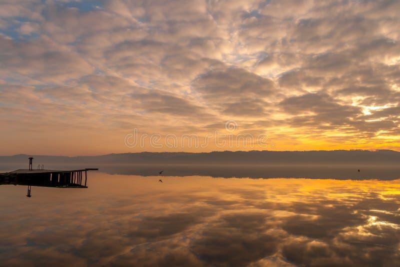 Reflexiones insanas de la nube en el fiordo de Vejle imagen de archivo