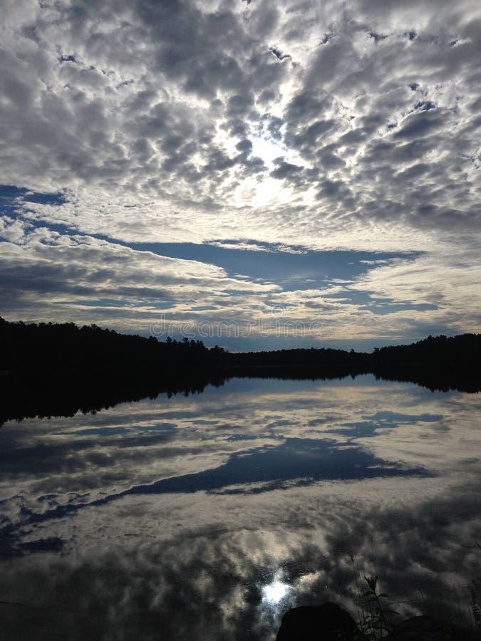 Reflexiones perfectas, río de la luna, Muskoka, Ontario, Canadá imagen de archivo libre de regalías