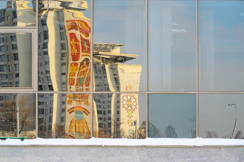Reflexiones torcidas de edificios en la ciudad en el vitral fotos de archivo