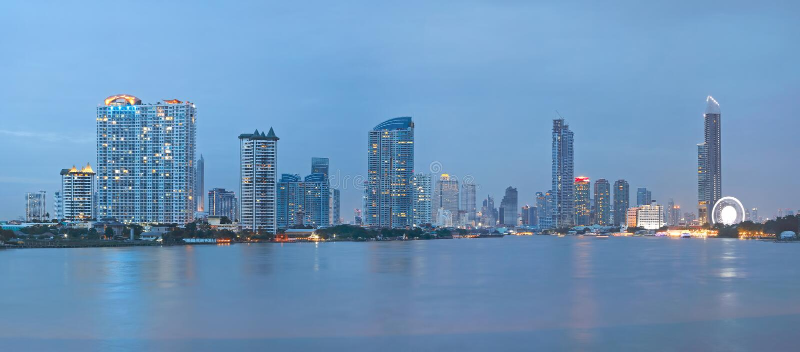 Reflexions-Stadtbild von Bangkok stockbild