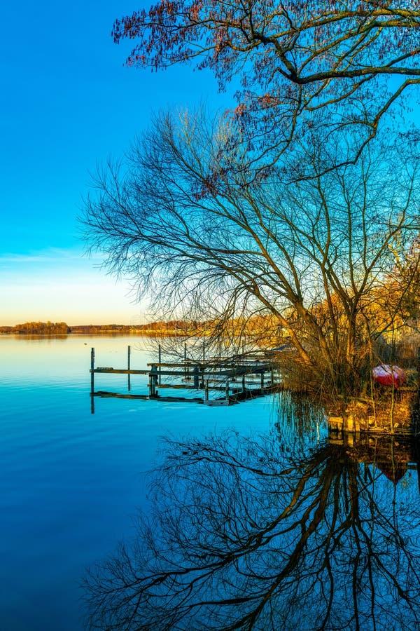 Reflexionslandungsstadium im Wasser stockfoto