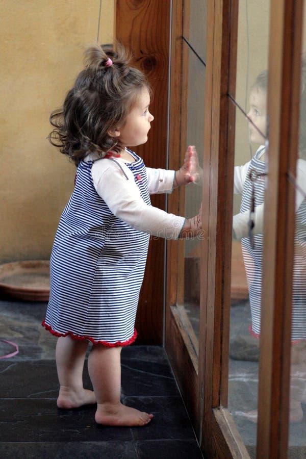 reflexionslitet barn royaltyfria foton