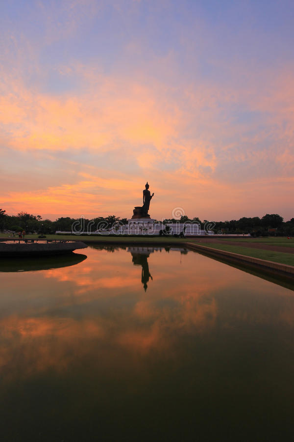 Reflexionsskugga av Buddhastatyn på Phutthamonthon royaltyfri foto
