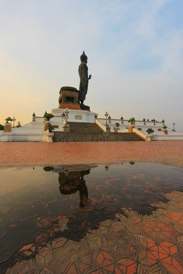 Reflexionsskugga av Buddhastatyn på Phutthamonthon fotografering för bildbyråer