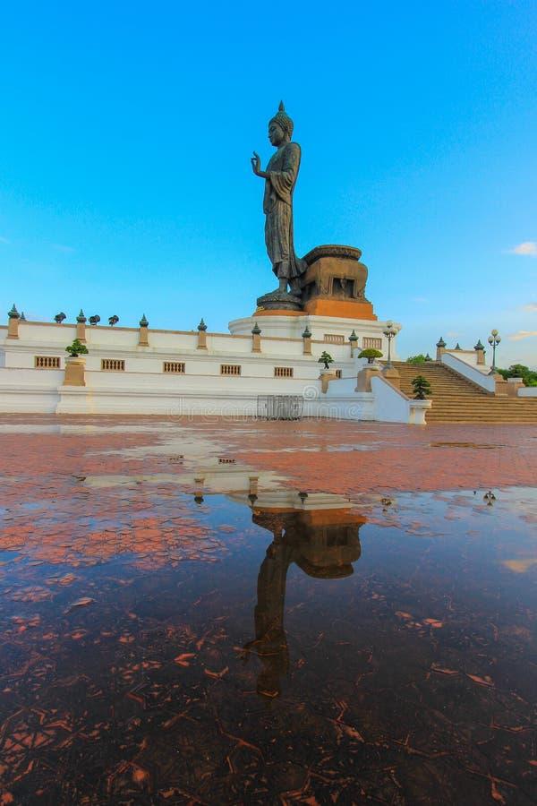 Reflexionsskugga av Buddhastatyn på Phutthamonthon royaltyfri fotografi