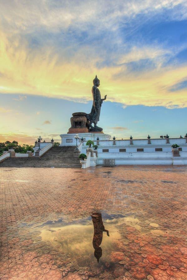Reflexionsskugga av Buddhastatyn på Phutthamonthon arkivbild