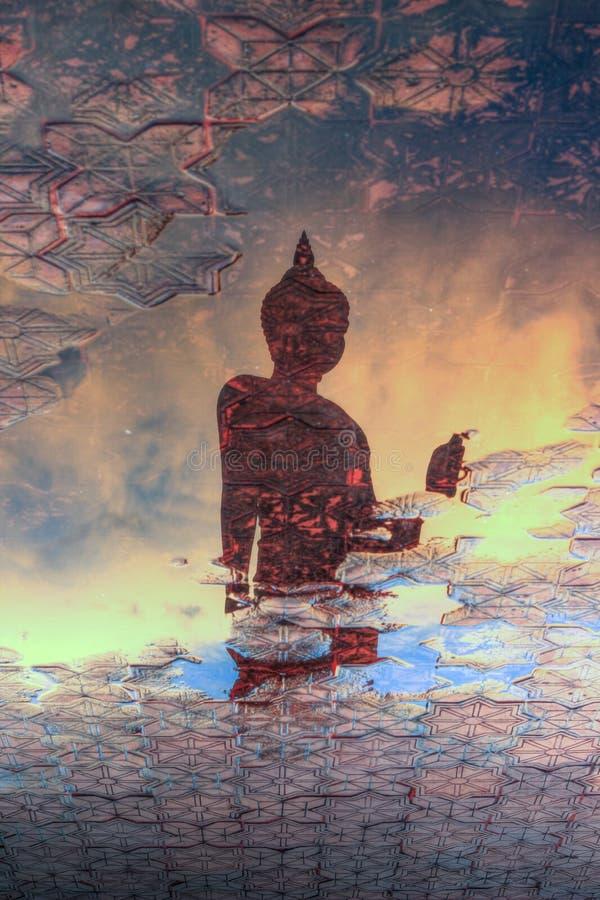 Reflexionsskugga av Buddhastatyn på Phutthamonthon arkivfoton