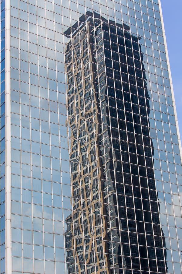 Reflexo da construção do negócio no vidro moderno de janelas do escritório fotografia de stock