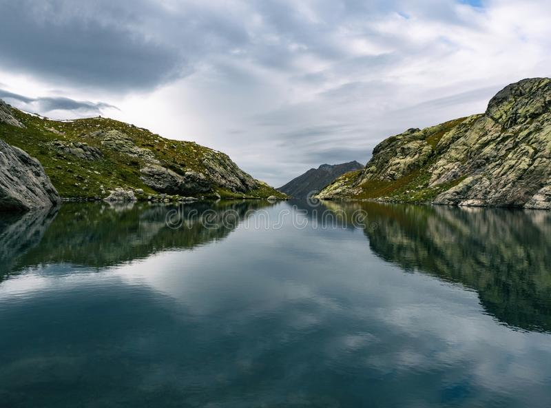 Reflexo espelho da calma água do lago foto de stock royalty free