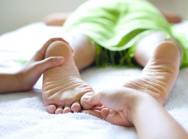 Reflexology femminile del piede in stazione termale fotografia stock