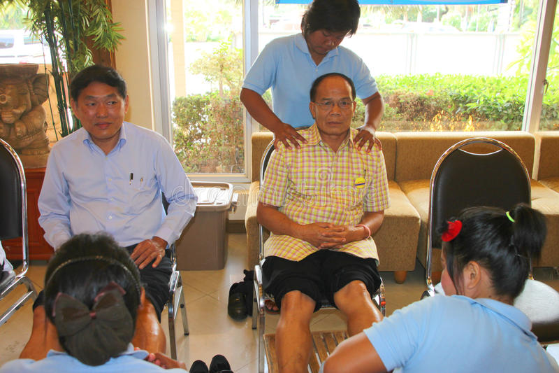 Reflexology massage, brunnsortfotbehandling, Thailand fotografering för bildbyråer