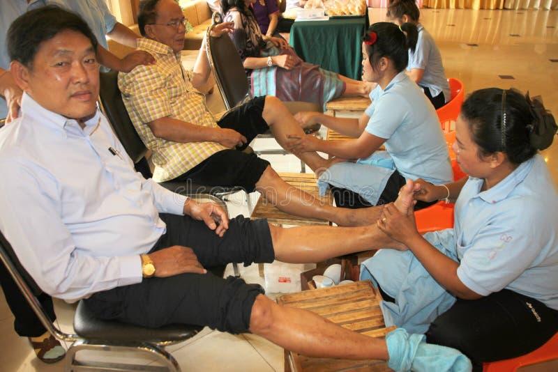 Reflexology massage, brunnsortfotbehandling, Thailand arkivbild