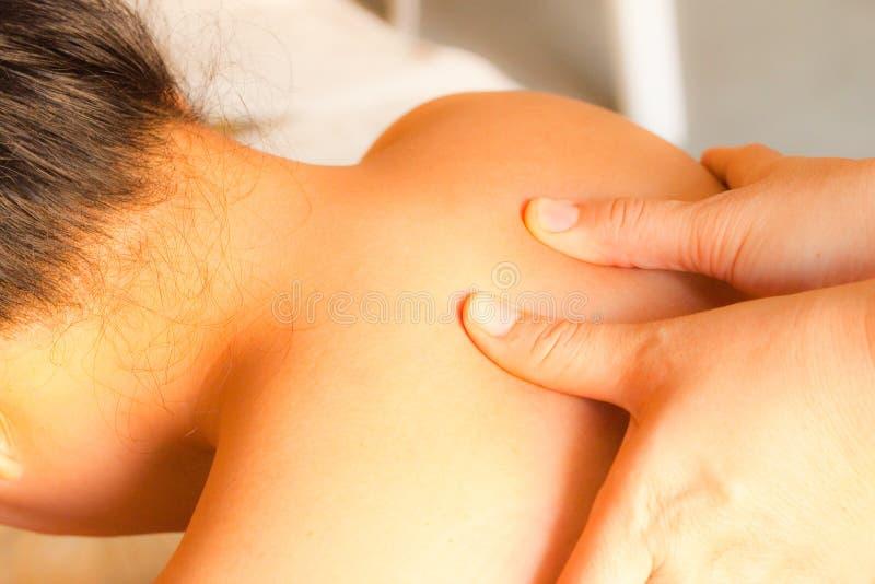 Reflexology Schultermassage stockfoto
