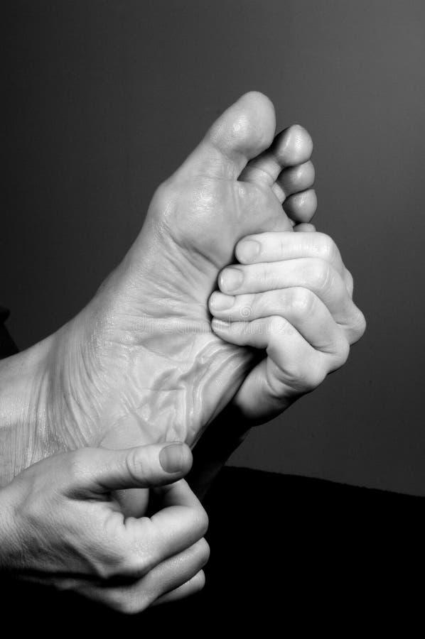 Reflexology sur le pied âgé images stock