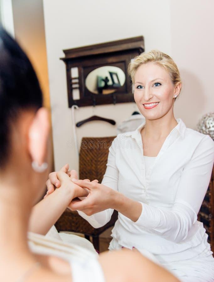 Reflexologyhandmassage royaltyfri foto